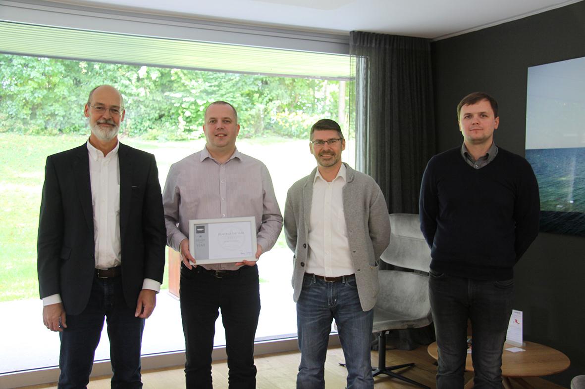 Diplomo įteikimo akimirka(iš kairės): Prof. Dr. Rainer Maria Wagner(C.E.O), Aurimas Balčiūnas, Karsten Buchfelner, Jaunius Bapkauskas.